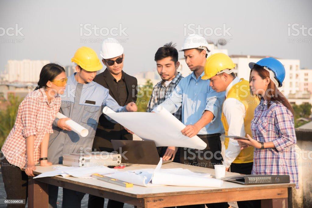 Gruppe von Ingenieuren und Architekten diskutieren auf einer Baustelle – Foto