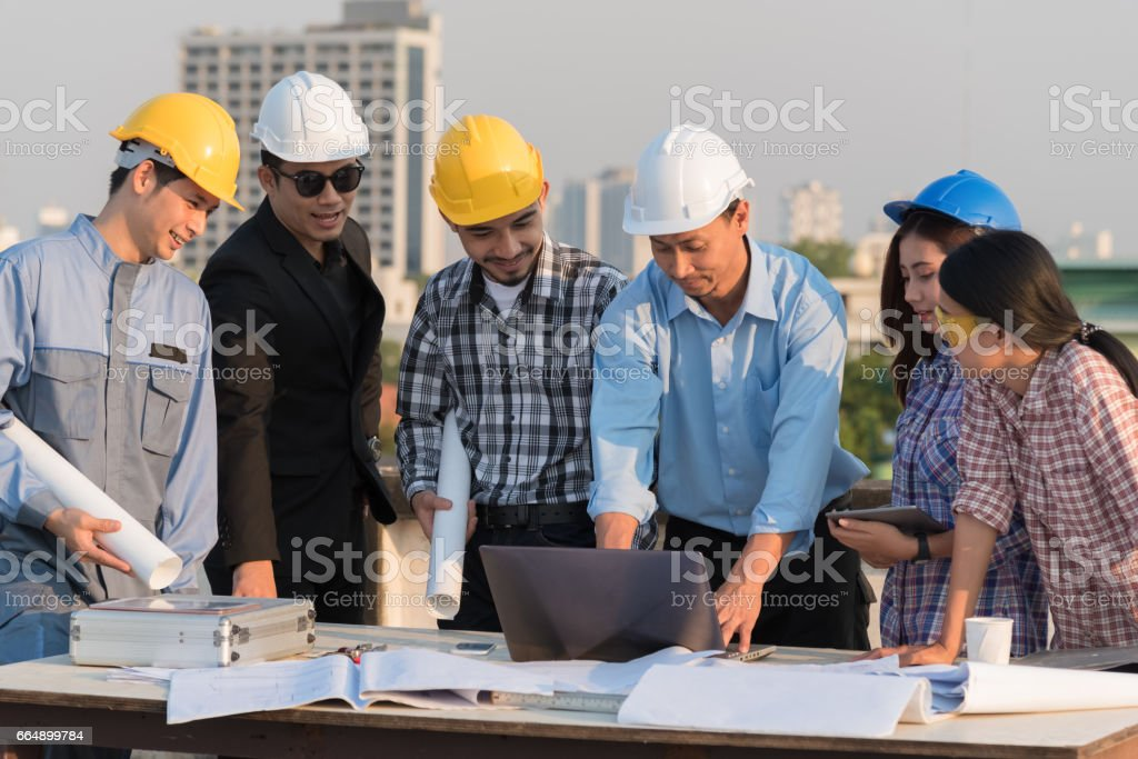 Group of engineers and architects discuss at a construction site foto stock royalty-free