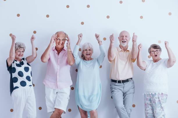 gruppe von begeisterten senioren - rentenpunkte stock-fotos und bilder