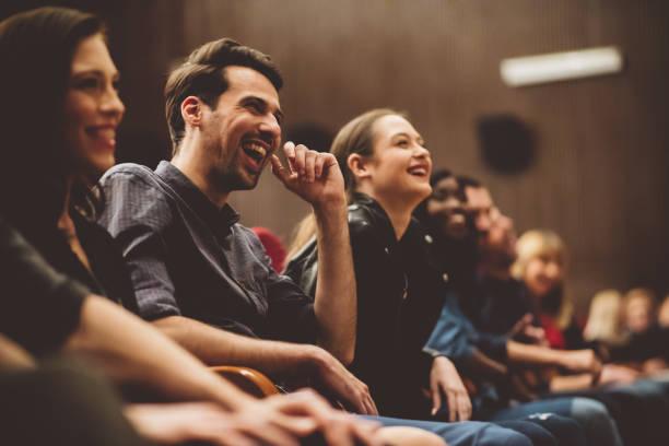 Gruppe aufgeregter Menschen im Kino – Foto