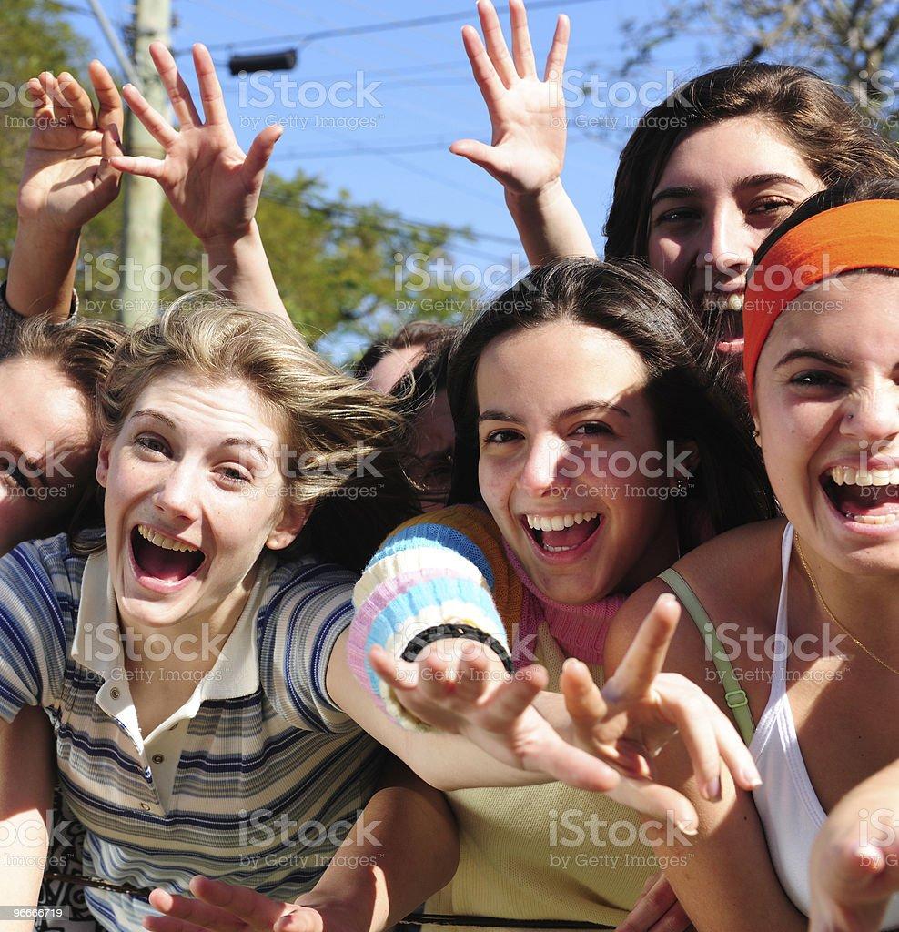 Excitación grupo de mujeres jóvenes pateando - foto de stock