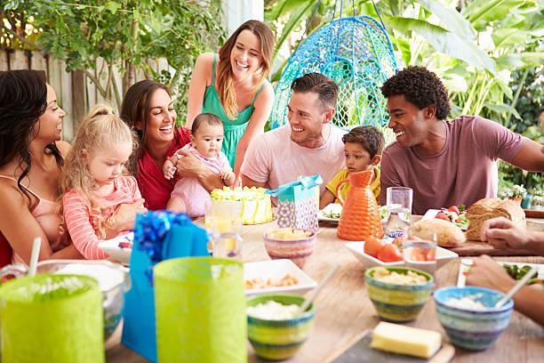 Cтоковое фото Группа семей, празднование дня рождения ребенка на дому