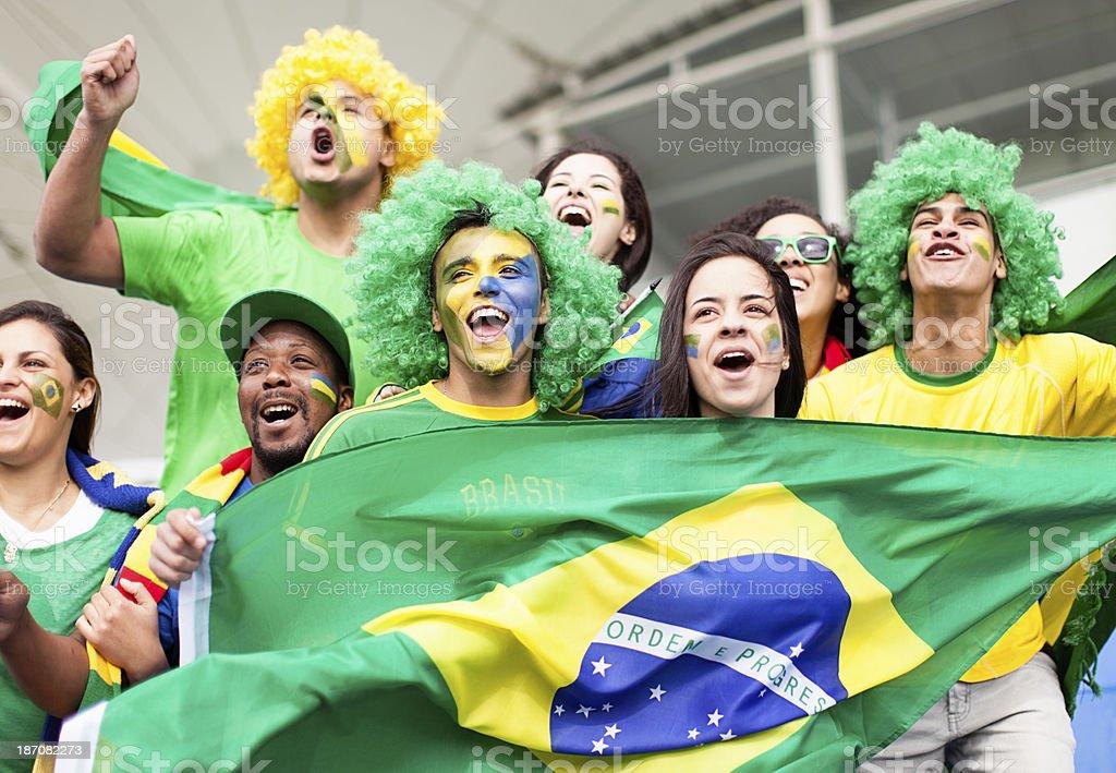 Grupo de torcedores comemorando Brasil em uma partida de futebol - foto de acervo