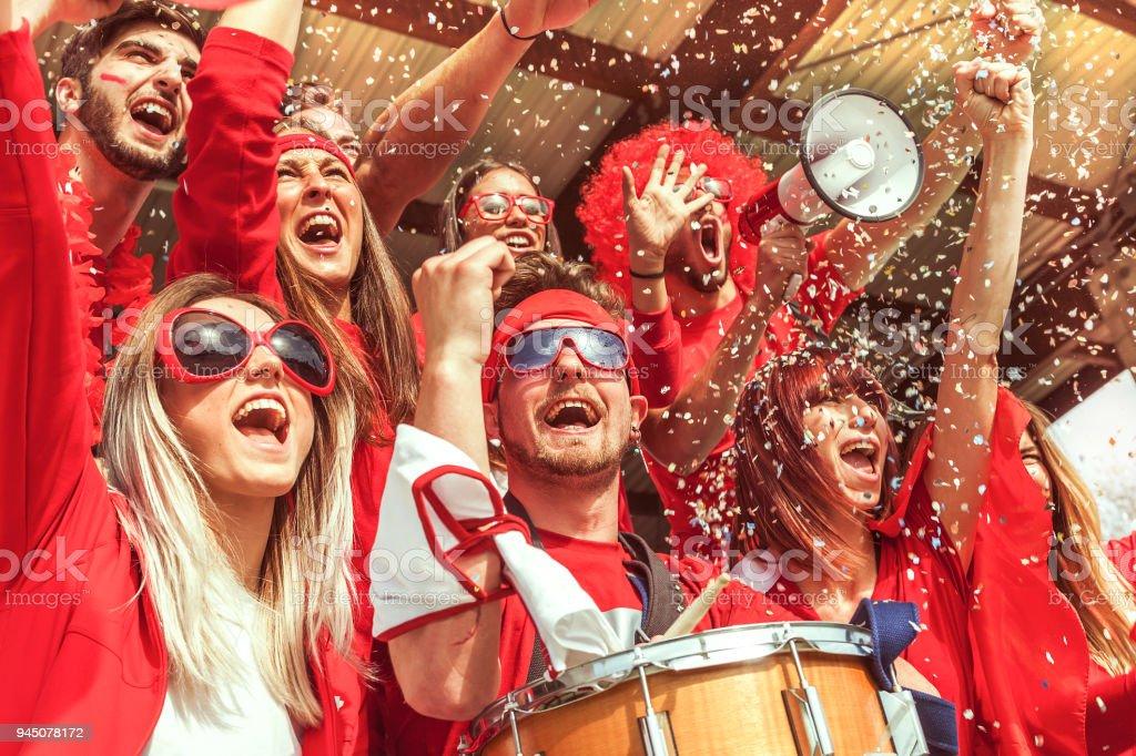 스포츠 이벤트를 보고 하는 붉은 색을 입은 팬 들의 그룹 - 로열티 프리 20-29세 스톡 사진