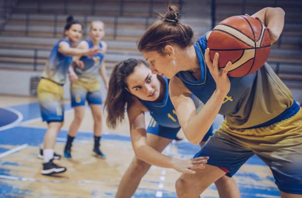 groep van vrouwelijke basketbalspelers spelen basketbal - basketbal teamsport stockfoto's en -beelden