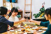 自宅でクリスマス パーティーを楽しんでいる女友達のグループ