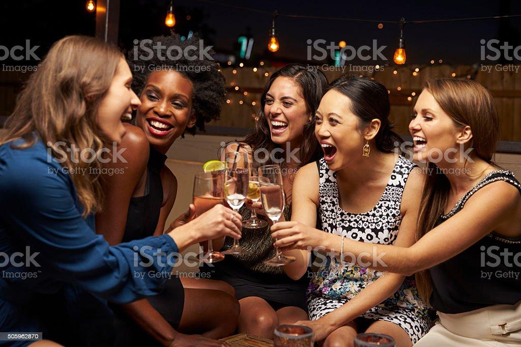 Mujer grupo de amigos disfrutando de noche en el Bar del último piso - foto de stock
