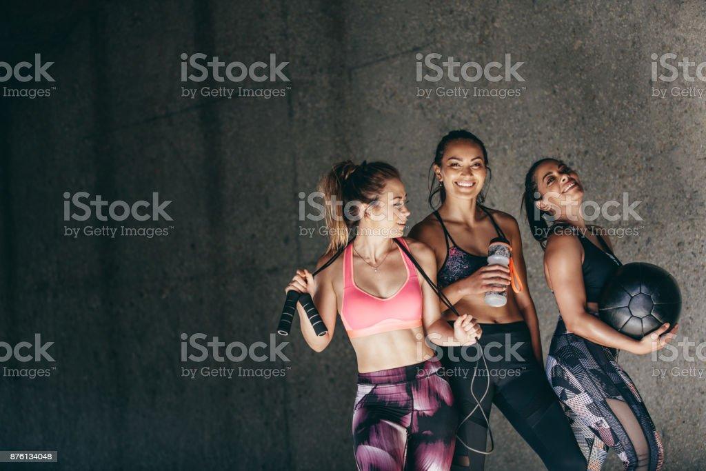 Groupe d'amies détente après la séance d'entraînement photo libre de droits