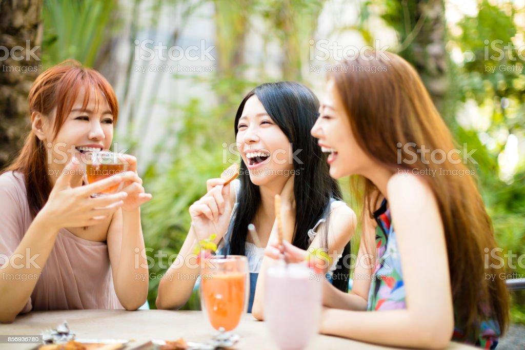 Gruppe von Freundinnen reden im Restaurant Garten – Foto