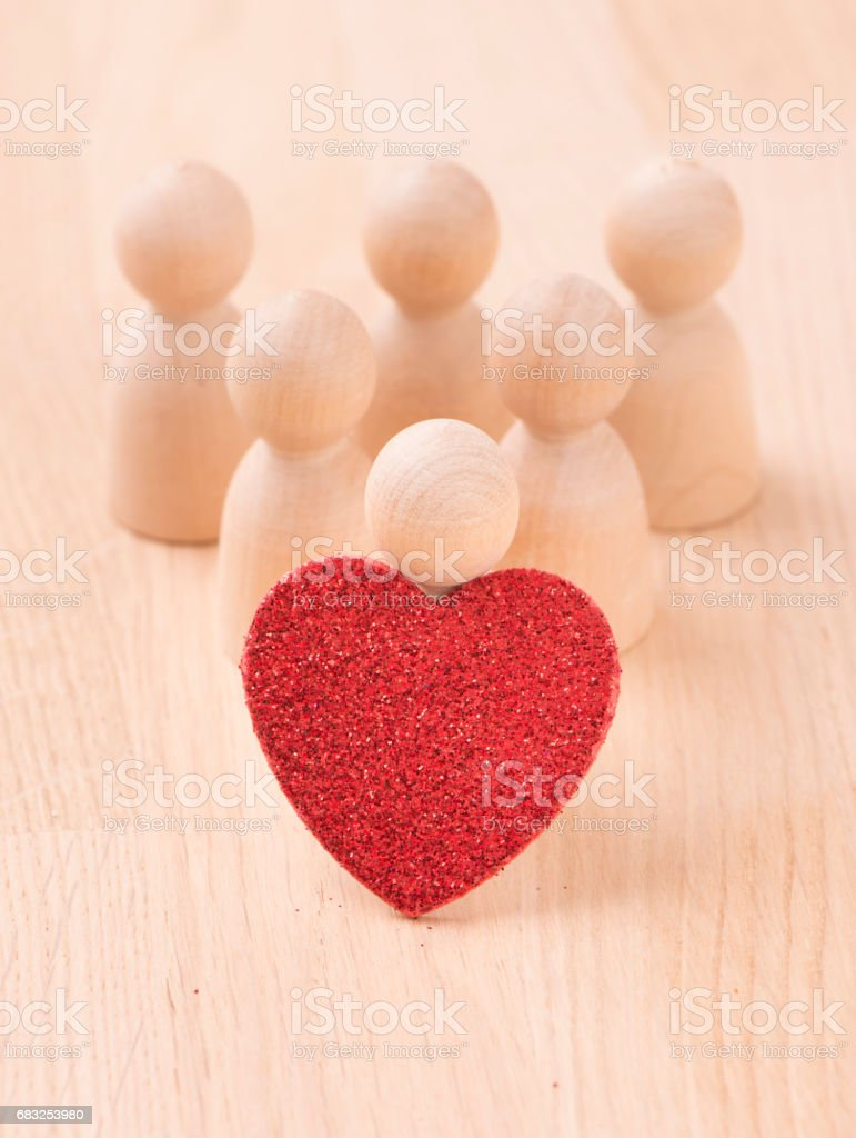 Group of figures holding red heart Lizenzfreies stock-foto