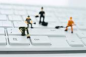 コンピューターのキーボードのクリーニングの置物のグループ