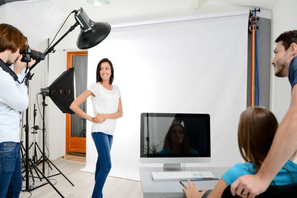 gruppe von vier fotografen schüler lernen kreative porträt beim foto-shooting im fotostudio schule - high school bilder stock-fotos und bilder