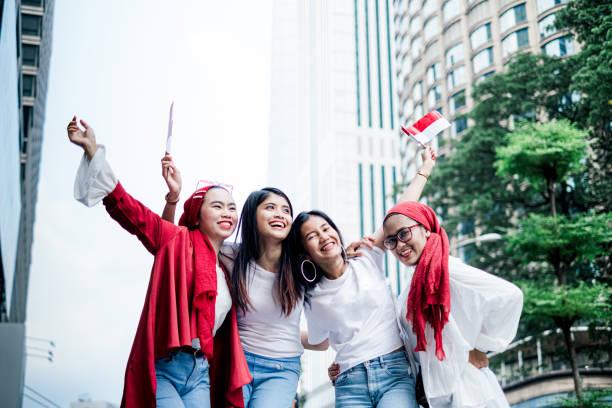 group of friend celebrating indonesian independence day - kultura indonezyjska zdjęcia i obrazy z banku zdjęć