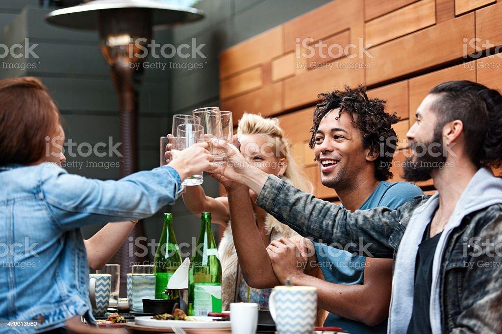 Groupe d'ami d'une salle à manger en plein air - Photo