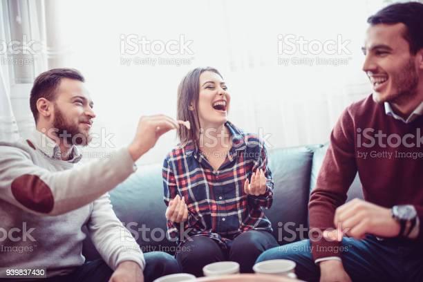 Group of friend eating snacks conversing and having fun time together picture id939837430?b=1&k=6&m=939837430&s=612x612&h=w5qo3ux2sracxghqhb5ja5tnauwesiqsry6j k8fvge=