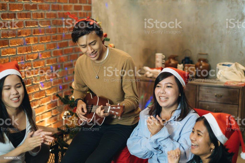 Party Weihnachtslieder.Gruppe Von Freund Singen Weihnachtslieder Stockfoto Und Mehr Bilder