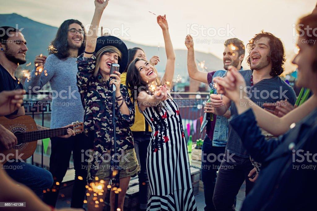 Gruppe von Freunden feiern mit einem Konzert auf der Dachterrasse – Foto