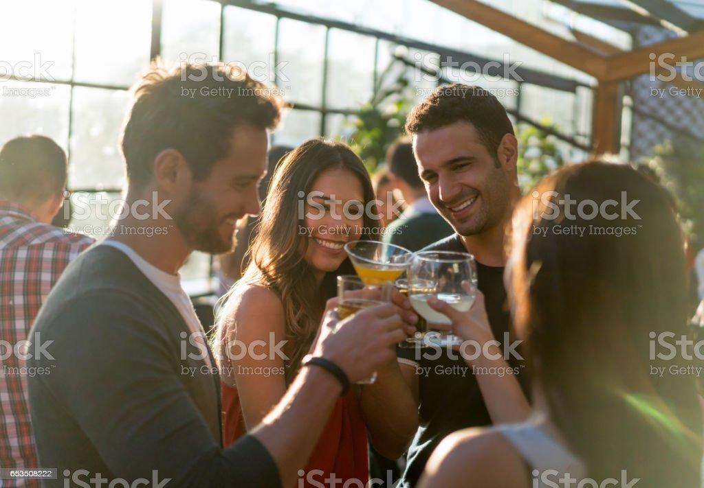 Gruppe von Freunden in einer Bar machen einen Toast – Foto