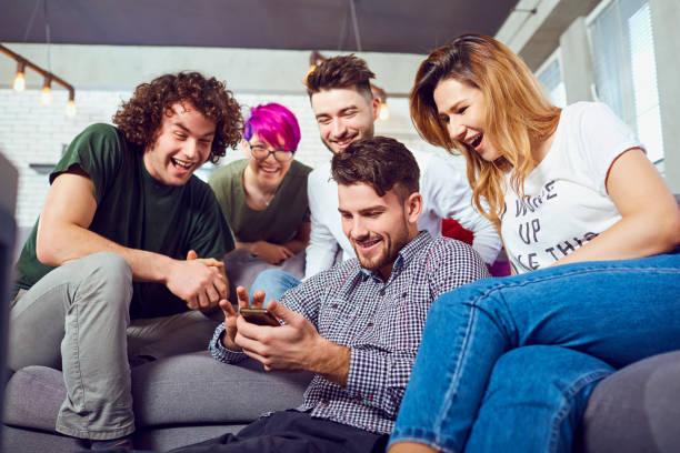 Eine Gruppe von Freunden auf einer Tagung im Raum miteinander reden – Foto