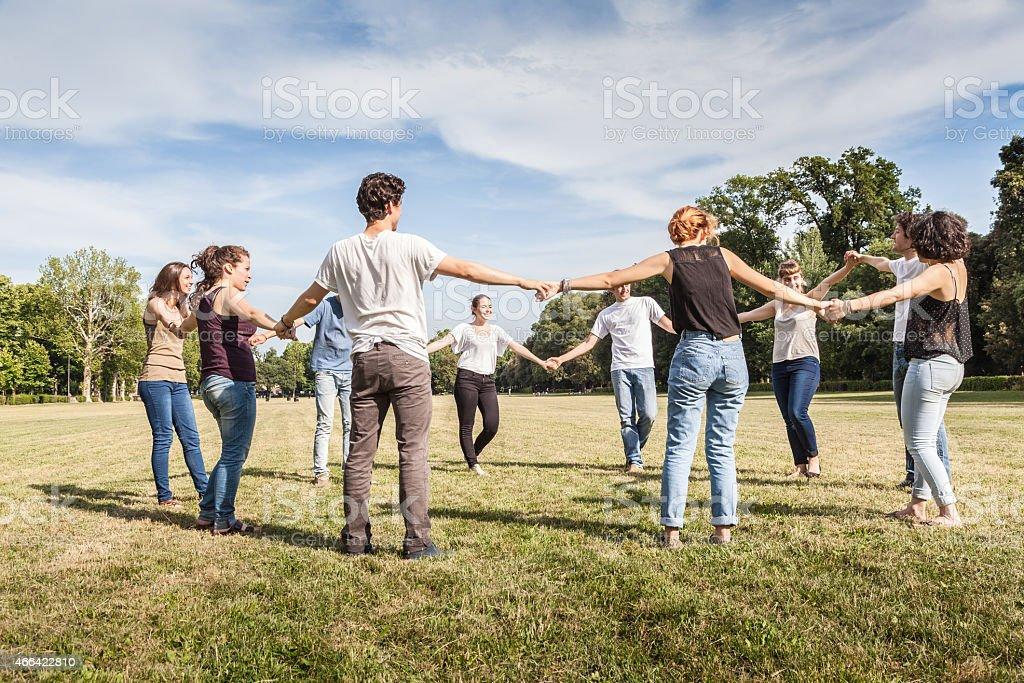 Gruppe von Freunden im park Hände halten. – Foto