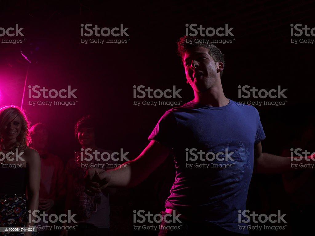 Группа друзей на стороне в ночной клуб Стоковые фото Стоковая фотография
