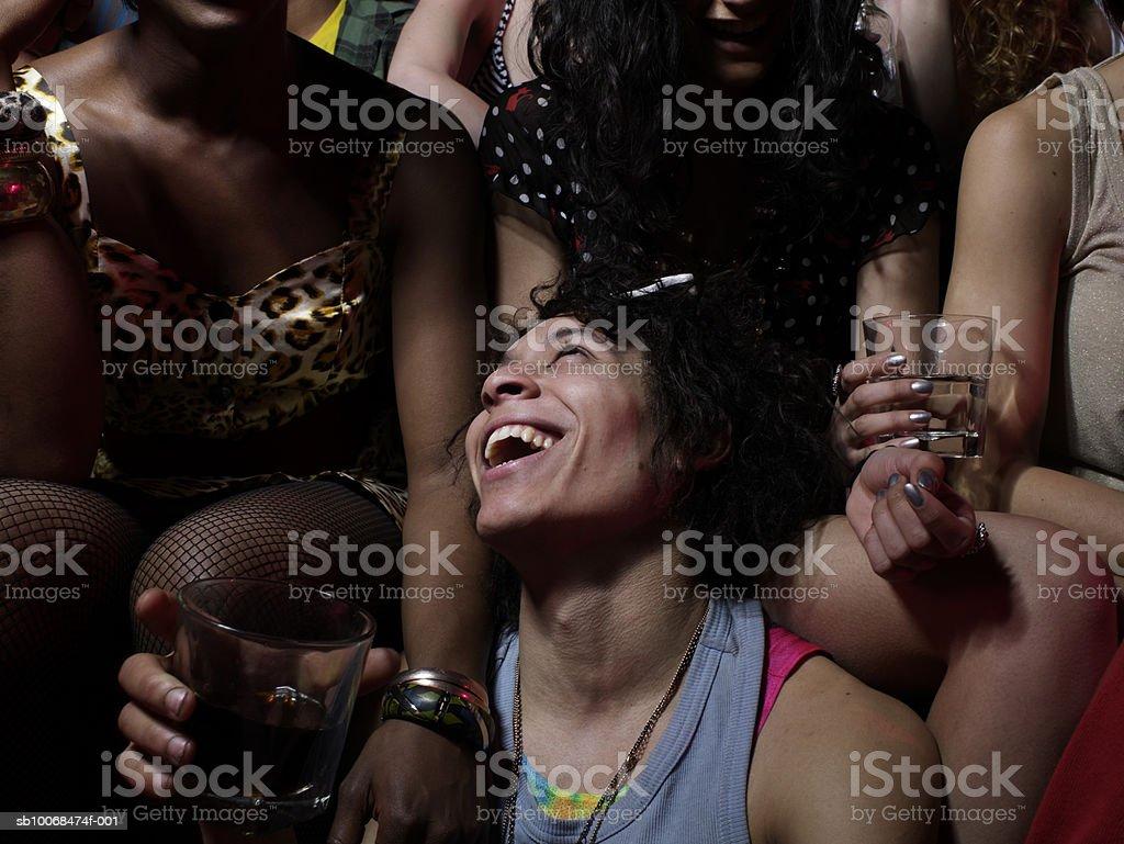 Grupo de amigos en la fiesta foto de stock libre de derechos