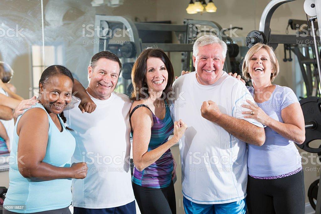 Grupo de amigos en el gimnasio - foto de stock