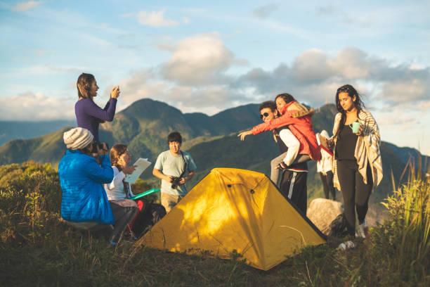 gruppe von freunden camping auf dem berggipfel (pedra do cortiéo) in der serra dos orgos nationalpark, rio de janeiro, brasilien - zelt stehhöhe stock-fotos und bilder