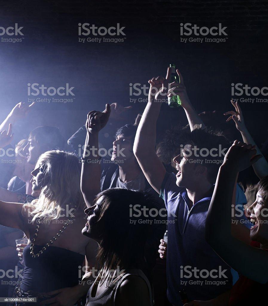 Grupo de amigos Celebrando a festa da noite clube foto de stock royalty-free