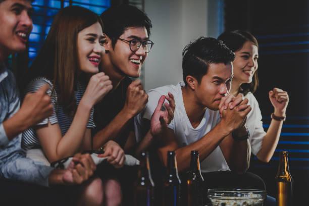 gruppe von freunden feiern sport-sieg - spielabend snacks stock-fotos und bilder