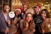 一緒にクリスマスパーティーのためにドレスアップ友人のグループ