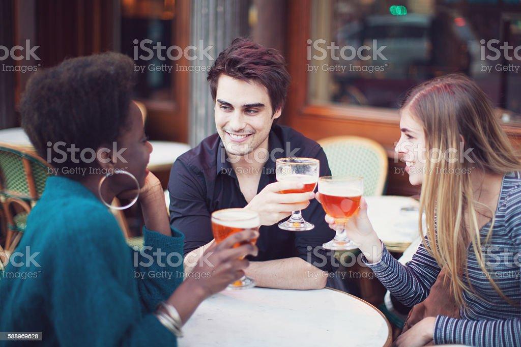 Gruppo di amici bere una birra - foto stock