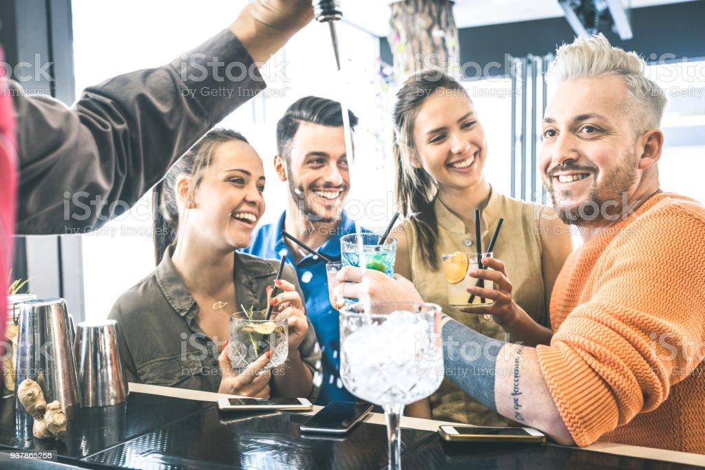 Groupe d'amis, boire des cocktails et de parler au restaurant - concept de boisson au mixologie fashion bar s'amuser sur les moments ivres - liqueur battante de Barman - filtre Vintage en mettant l'accent sur les gars blong - Photo