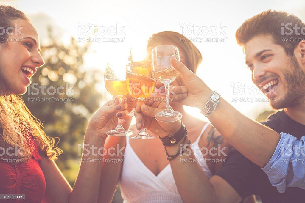 Groupe d'amis boire du vin de joyeux moments - Photo
