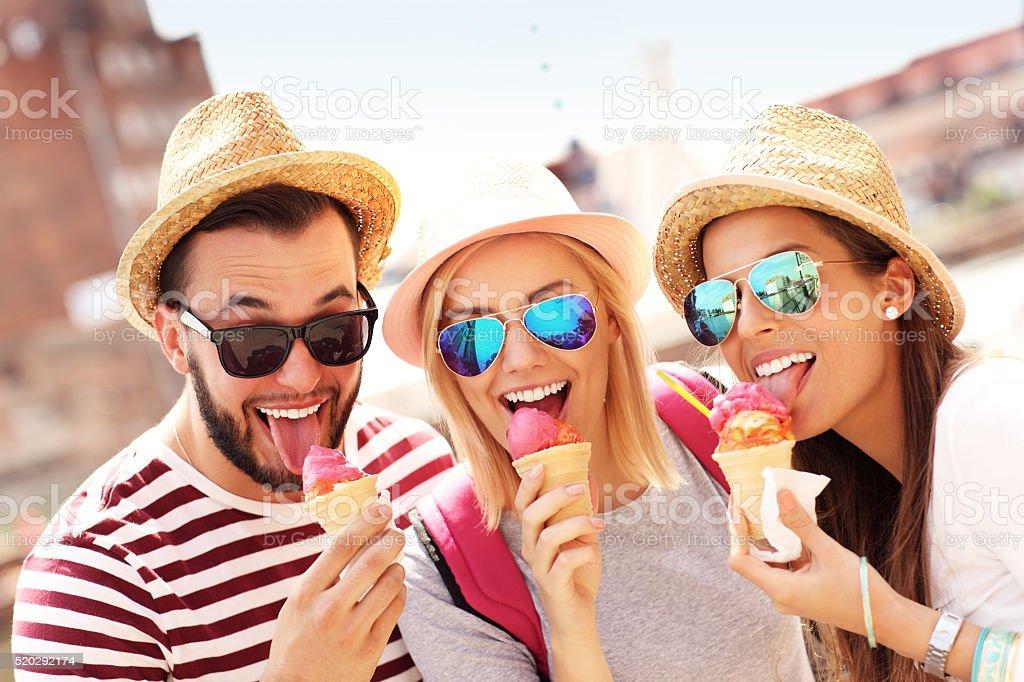 Groupe de amis, manger des glaces à Gdansk - Photo