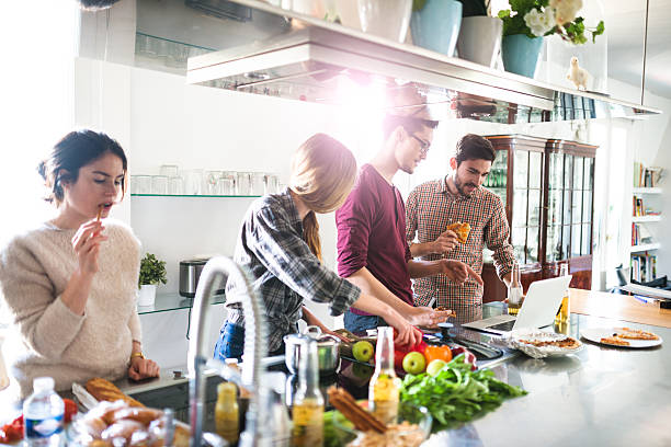 のグループご友人とのお食事には、キッチンと料理 - 家庭料理 ストックフォトと画像