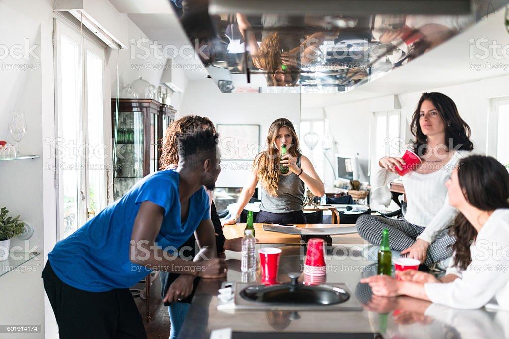 Grupa Przyjaciele Jedzenie W Kuchnia Dla Firm Zdjęcia
