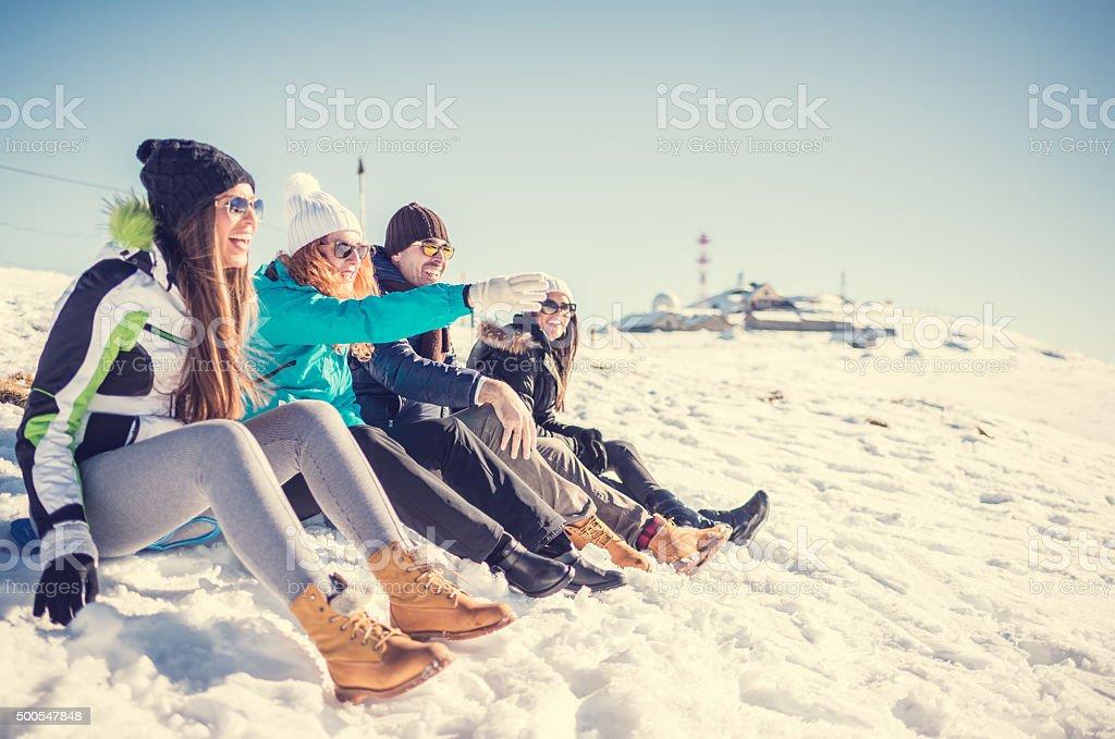 Gruppe von Freunden genießen Sie oben auf die Berge – Foto