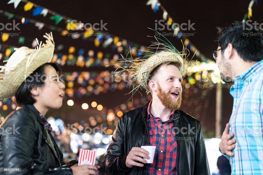 Grupo de amigos, desfrutando de um ótimo tempo juntos na famosa Festa Junina brasileira (Festa Junina) - estilo Caipira - foto de acervo
