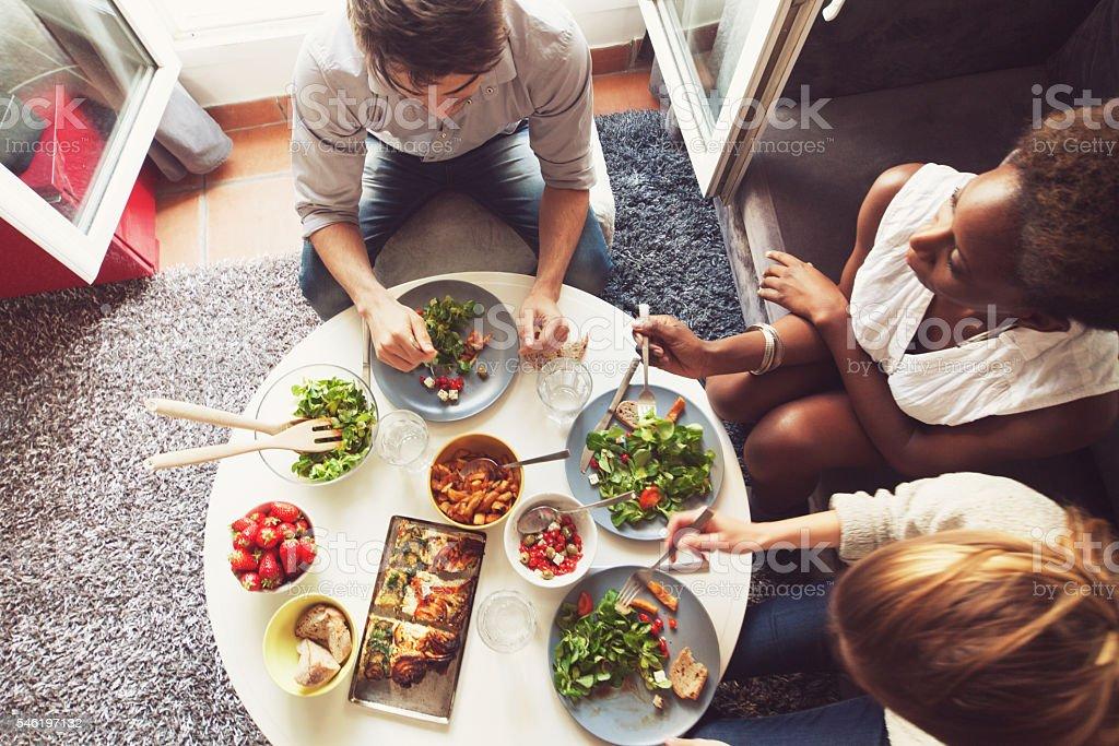 Eine Gruppe von Freunden genießen Sie ein Mittagessen – Foto