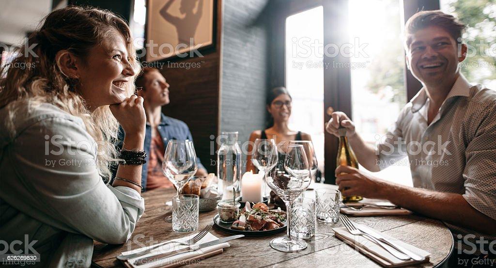 Group of friends enjoying an evening meal at a restaurant – Foto