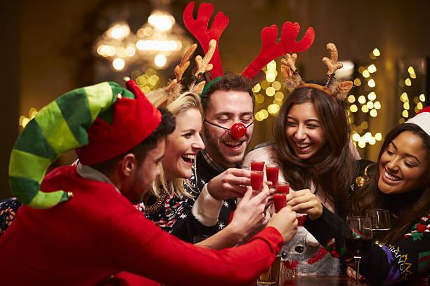 gruppe von freunden genießen sie weihnachten getränke in der bar - bier kostüm stock-fotos und bilder