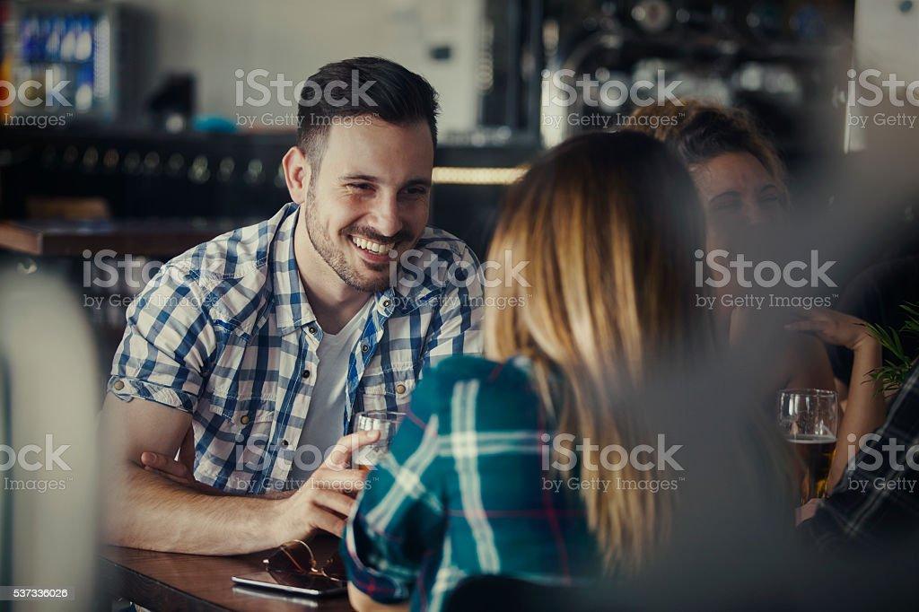 Eine Gruppe von Freunde genießen Getränke – Foto