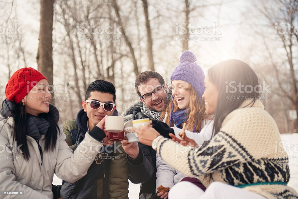 Group of friends enjoying in the snow in winter – Foto