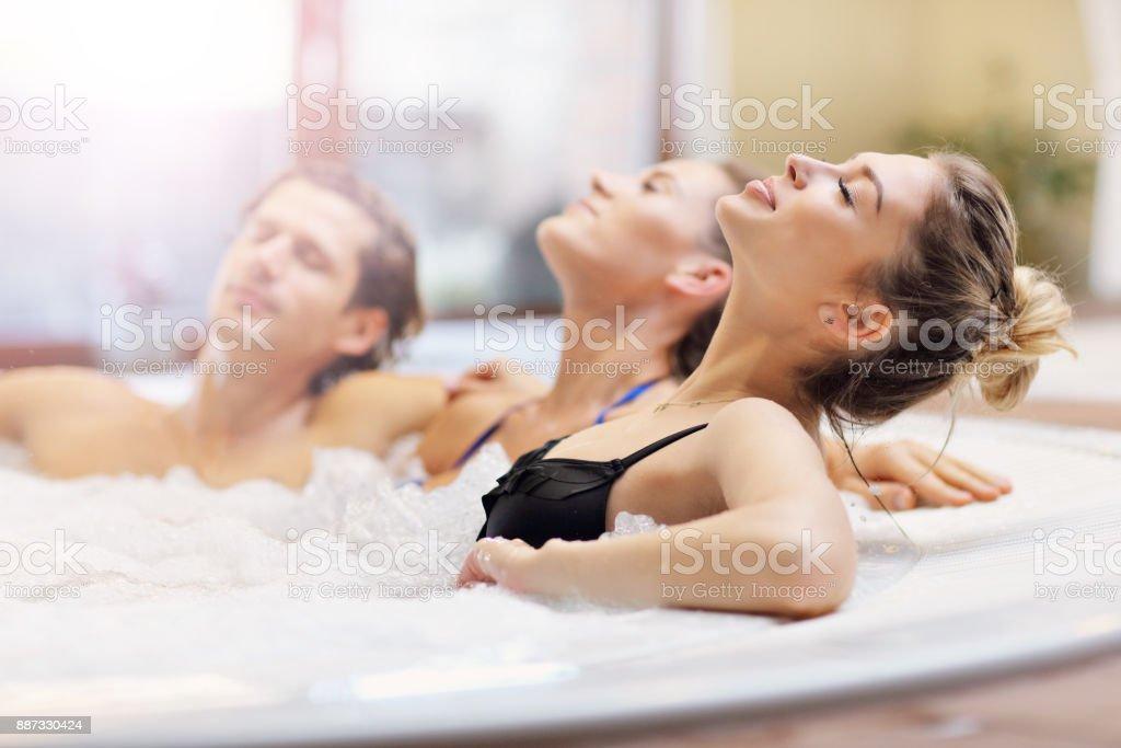 Groupe d'amis appréciant jacuzzi spa de l'hôtel - Photo