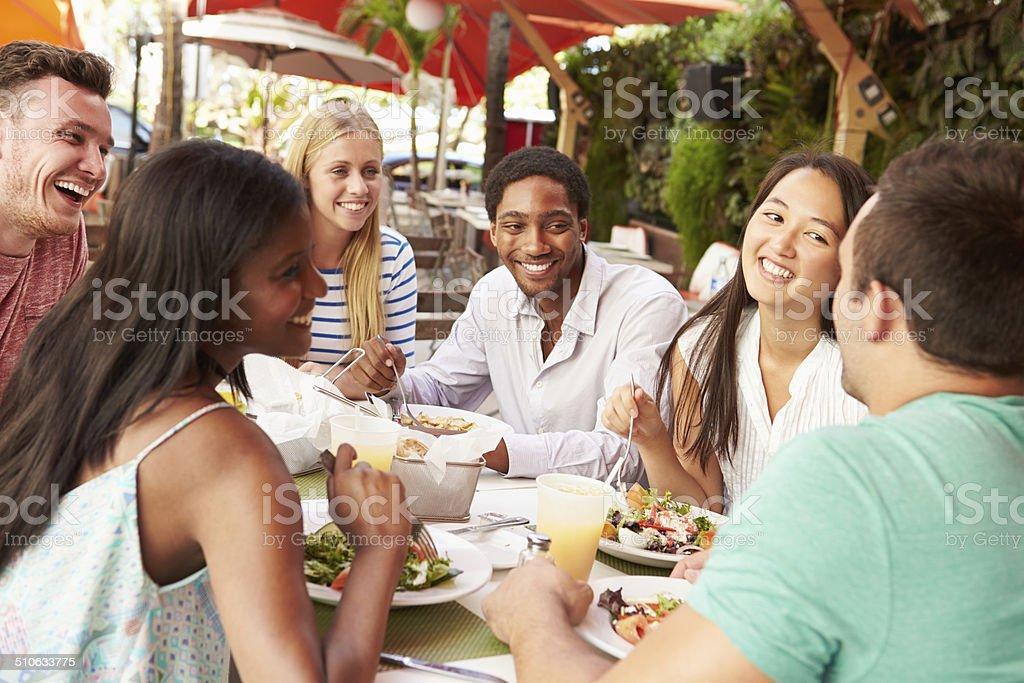 Groupe d'amis de profiter d'un déjeuner dans le Restaurant en plein air - Photo