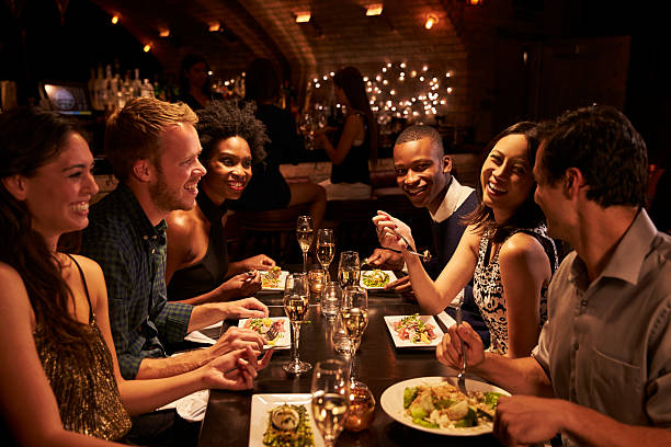 Groupe d'amis de profiter d'un repas au Restaurant - Photo