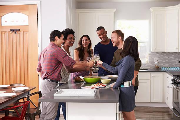 gruppe von freunden genießen sie getränke vor dem abendessen ganz wie zu hause fühlen - küche aus paletten stock-fotos und bilder