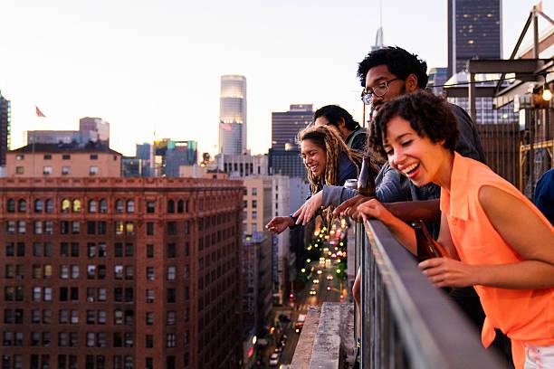 gruppe von freunden zusammen - paletten terrasse stock-fotos und bilder