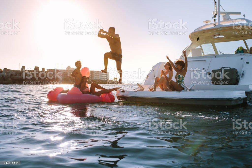 Group of friends having a great summer vacation - fotografia de stock